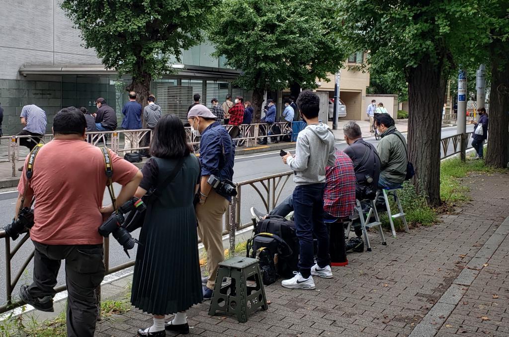 竹内裕子の自宅マンション前に集まる報道陣